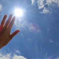 紫外線を浴びる手